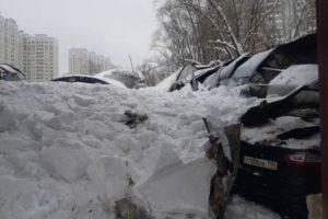 В Балашихе 40 машин оказались под снегом после обрушения крыши автостоянки