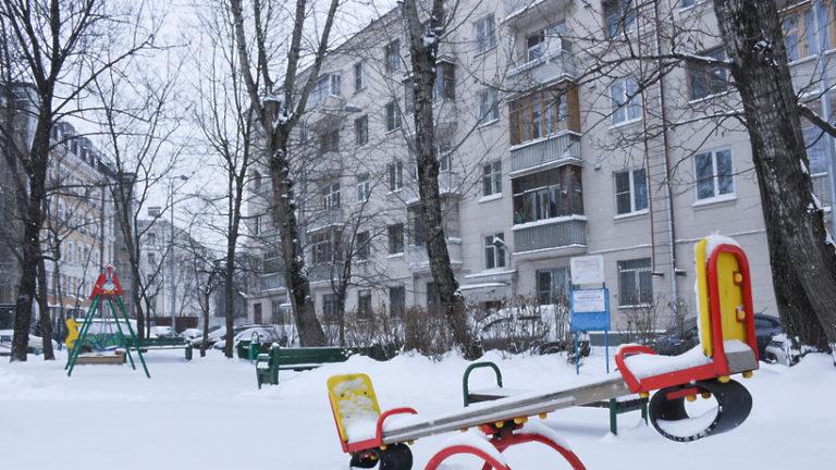 Детскую площадку почистили от снега после жалобы жительницы