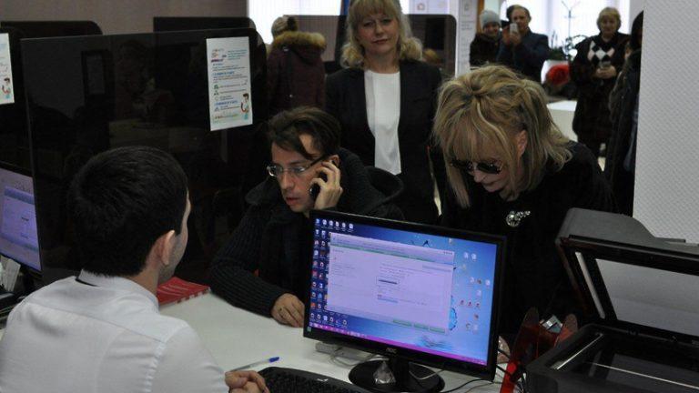 Пугачева и Галкин подали заявления в звенигородский МФЦ для голосования на выборах президента по месту нахождения