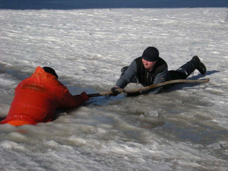 Провалившегося под лед мужчину спасли