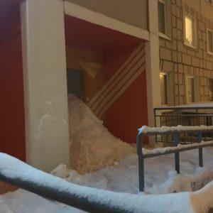 Жители завалили снегом вход в помещение управляющей компании